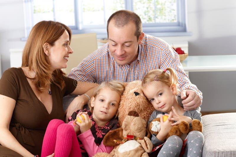 Familia feliz con las pequeñas hijas en el país imagen de archivo libre de regalías