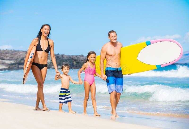 Familia feliz con las tablas hawaianas fotos de archivo