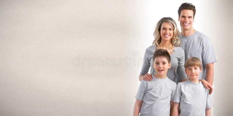 Familia feliz con los cabritos fotografía de archivo libre de regalías
