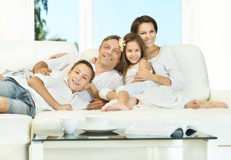 Familia feliz con los cabritos fotografía de archivo