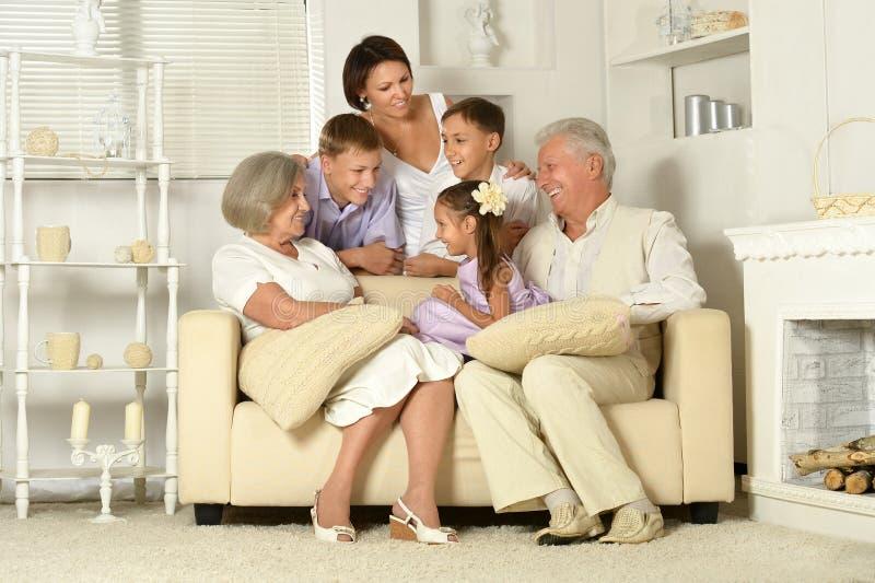 Familia feliz con los cabritos imagenes de archivo
