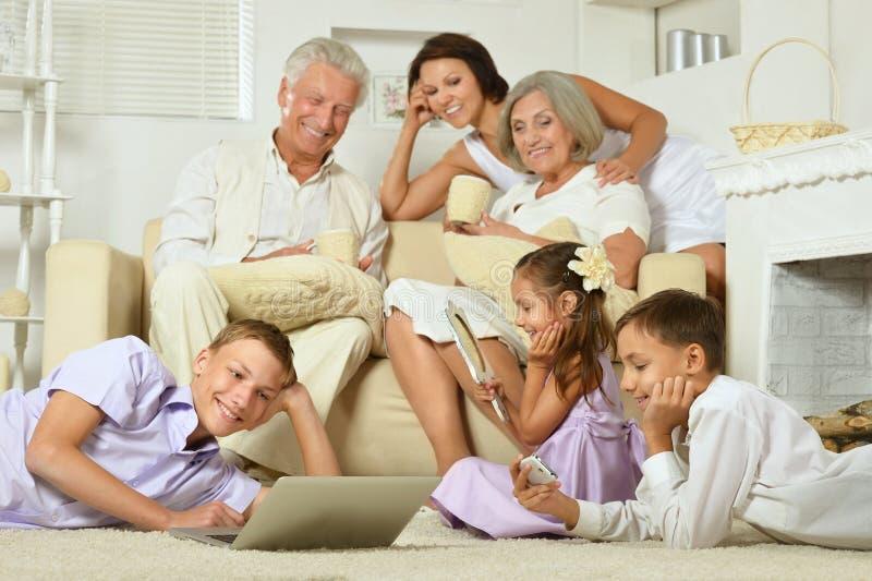 Familia feliz con los cabritos imagen de archivo