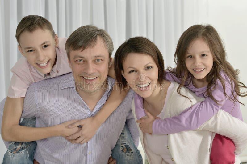 Familia feliz con los cabritos imágenes de archivo libres de regalías