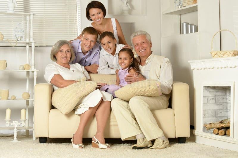 Familia feliz con los cabritos fotos de archivo libres de regalías