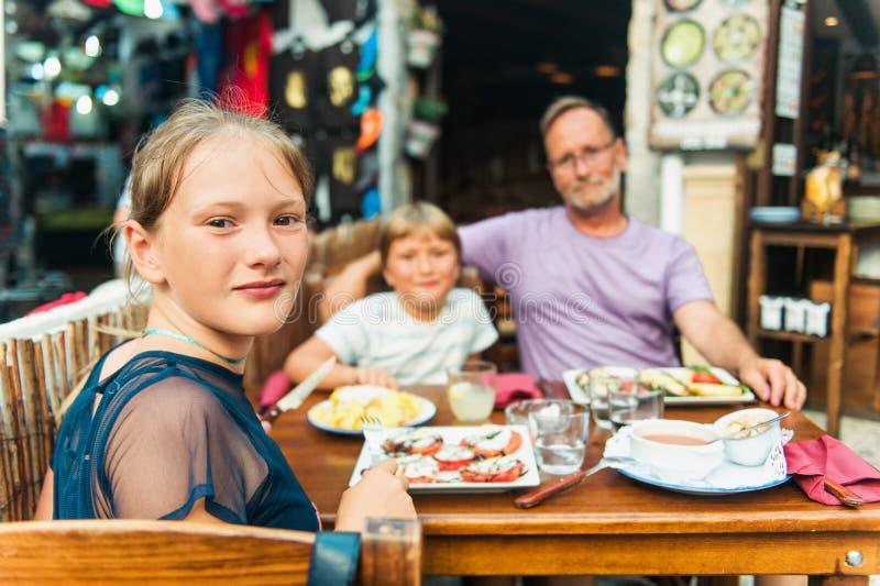 Familia feliz con los niños en restaurante al aire libre fotos de archivo