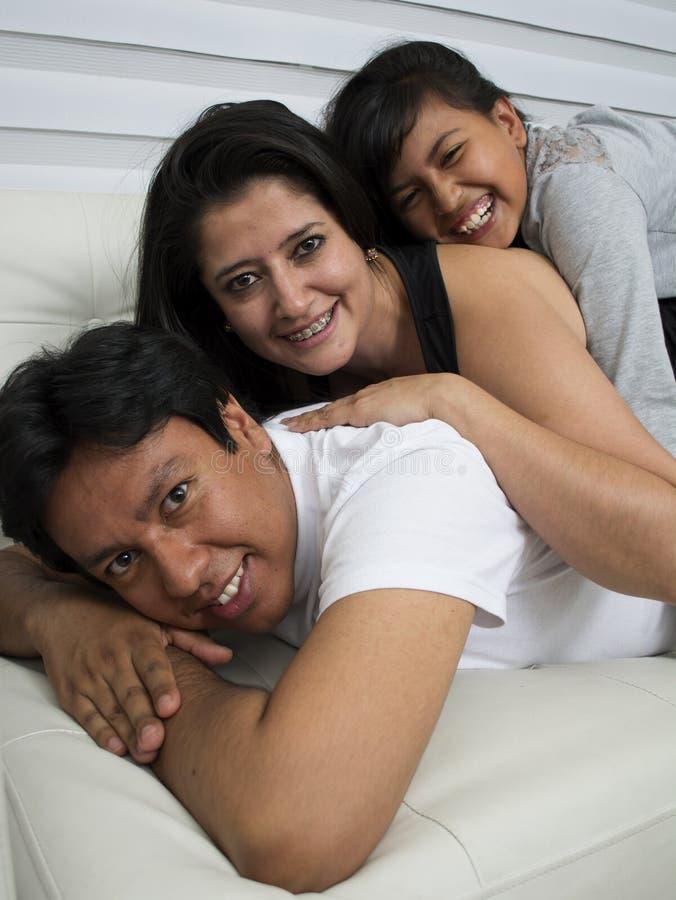 Familia feliz con los ni?os imagen de archivo