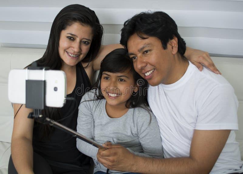Familia feliz con los ni?os fotos de archivo libres de regalías