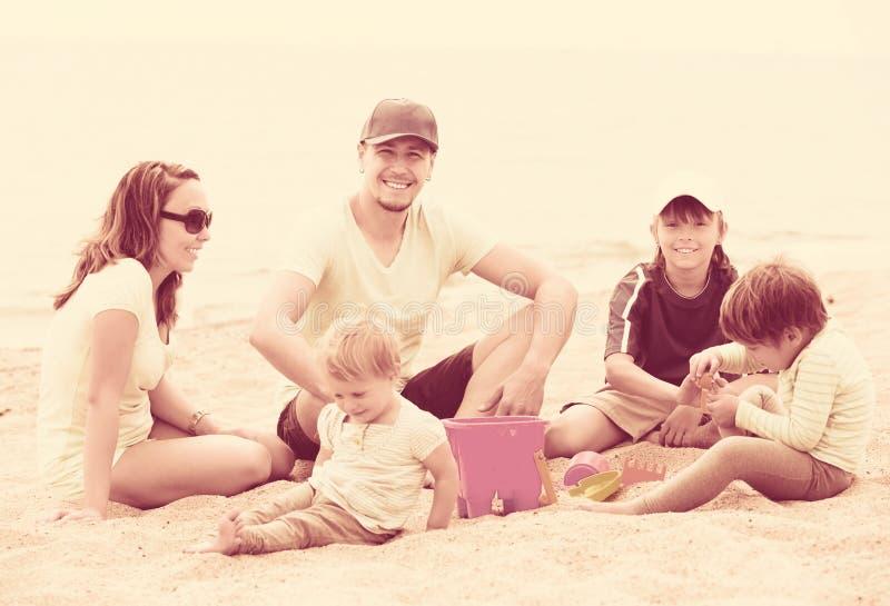 Familia feliz con tres niños imagenes de archivo