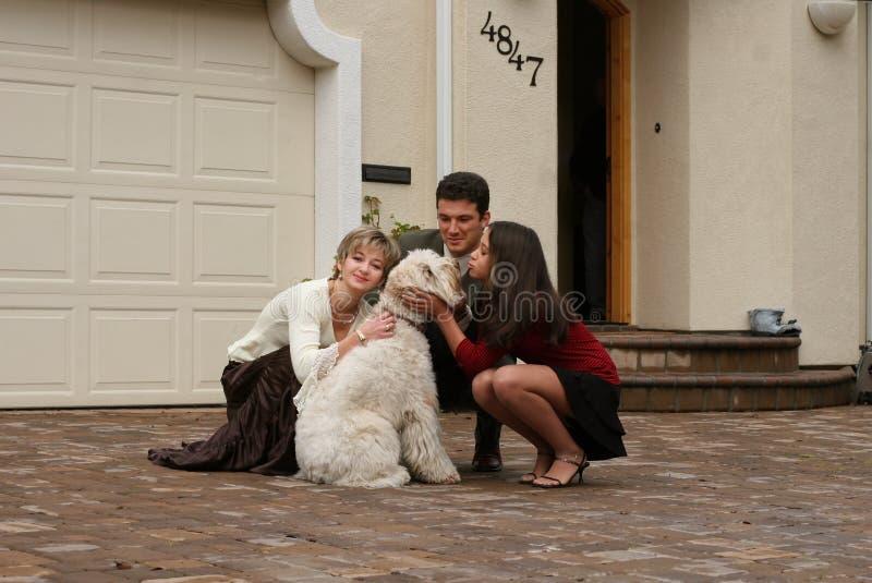 Familia feliz con un perro imagen de archivo libre de regalías