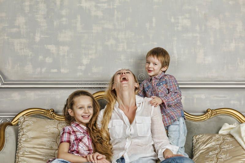 Familia, feliz, día del ` s de la madre, día de la familia, mamá, familia feliz, chil imágenes de archivo libres de regalías