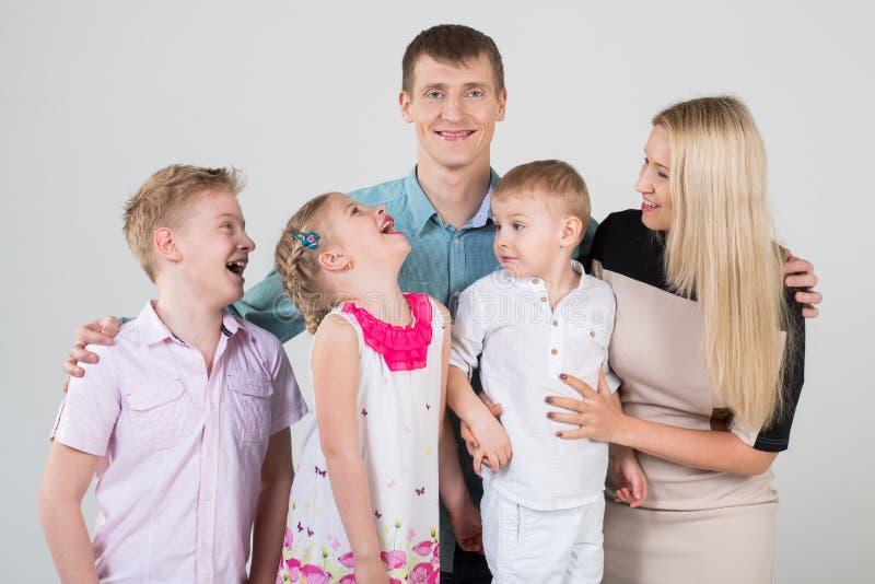 Familia feliz de cinco personas fotos de archivo