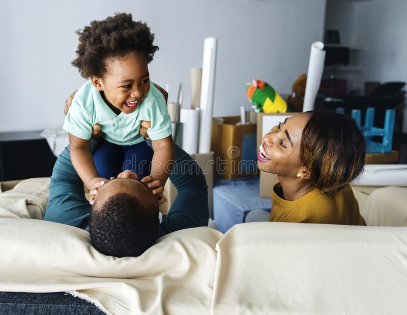 Familia feliz de la ascendencia africana imagen de archivo