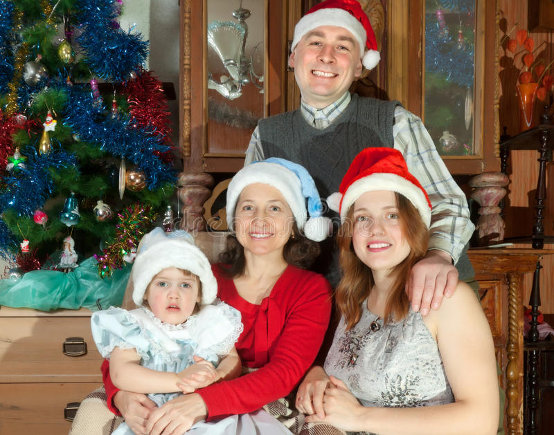 Familia feliz de tres generaciones en los sombreros de Papá Noel fotografía de archivo libre de regalías