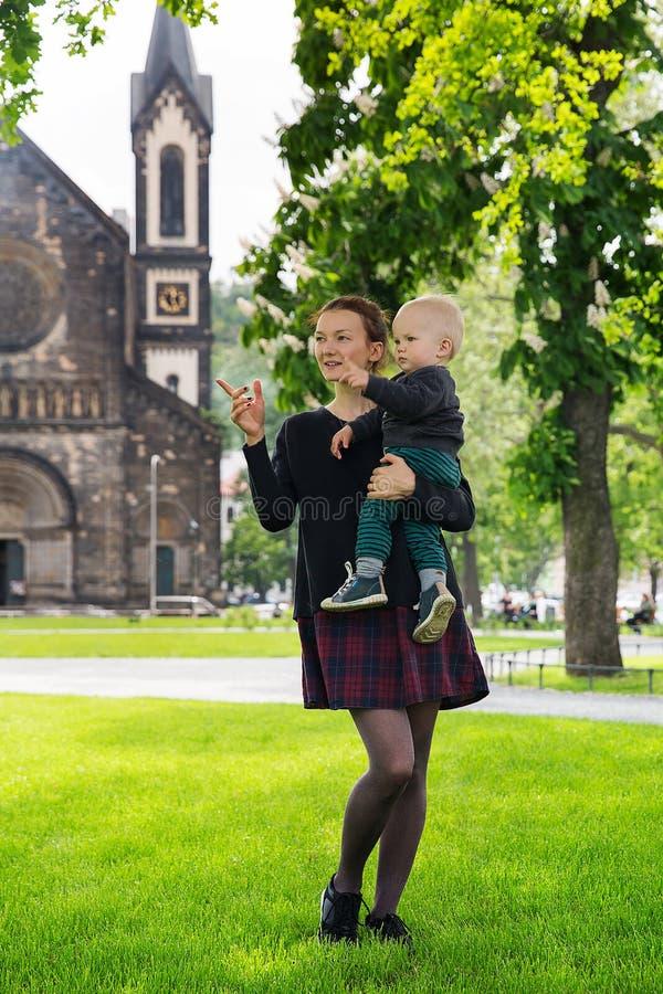 Familia feliz de turistas en el parque cerca del Karlin, namesti de Karlinske, Praga fotos de archivo