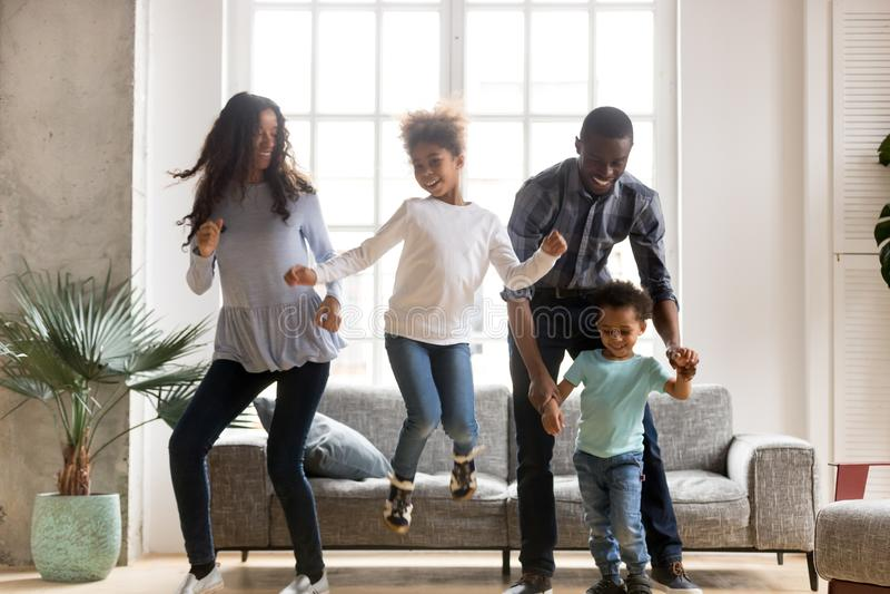 Familia feliz del africano negro que baila en casa fotos de archivo libres de regalías