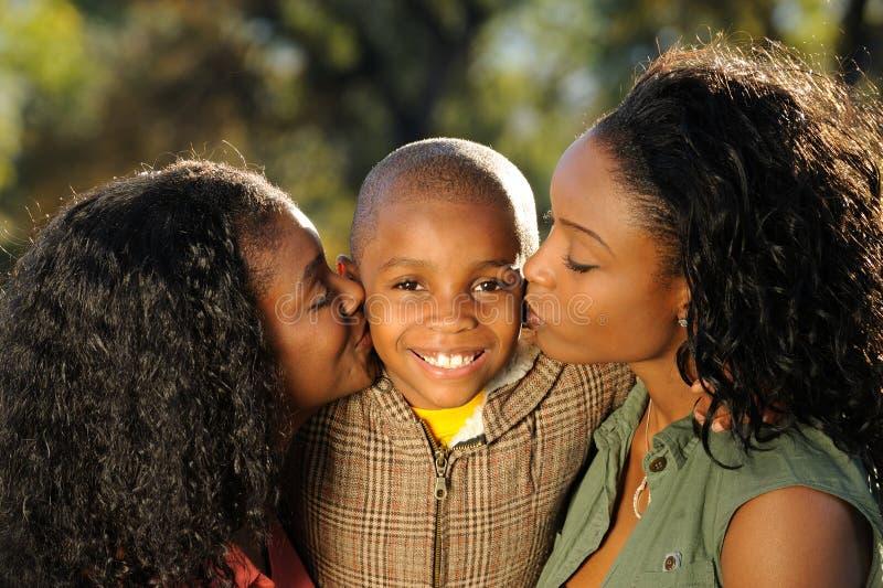 Familia feliz del afroamericano, beso fotos de archivo