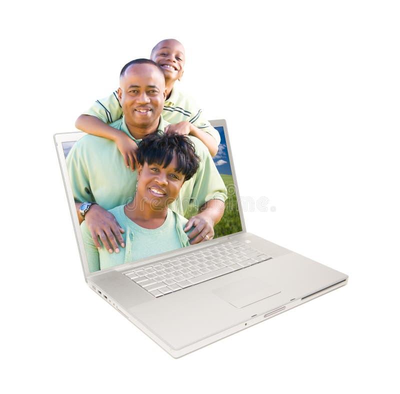 Familia feliz del afroamericano en computadora portátil imagen de archivo libre de regalías