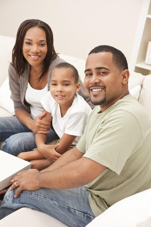 Familia feliz del hijo del padre de la madre del afroamericano fotografía de archivo libre de regalías