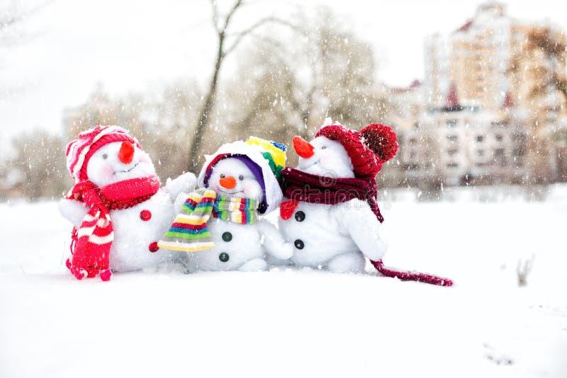 Familia feliz del muñeco de nieve fotografía de archivo libre de regalías