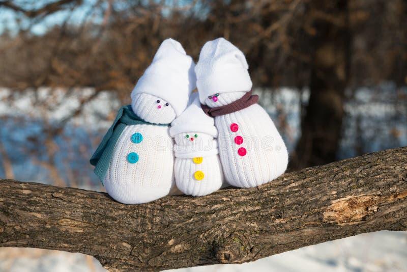 Familia feliz del muñeco de nieve imágenes de archivo libres de regalías