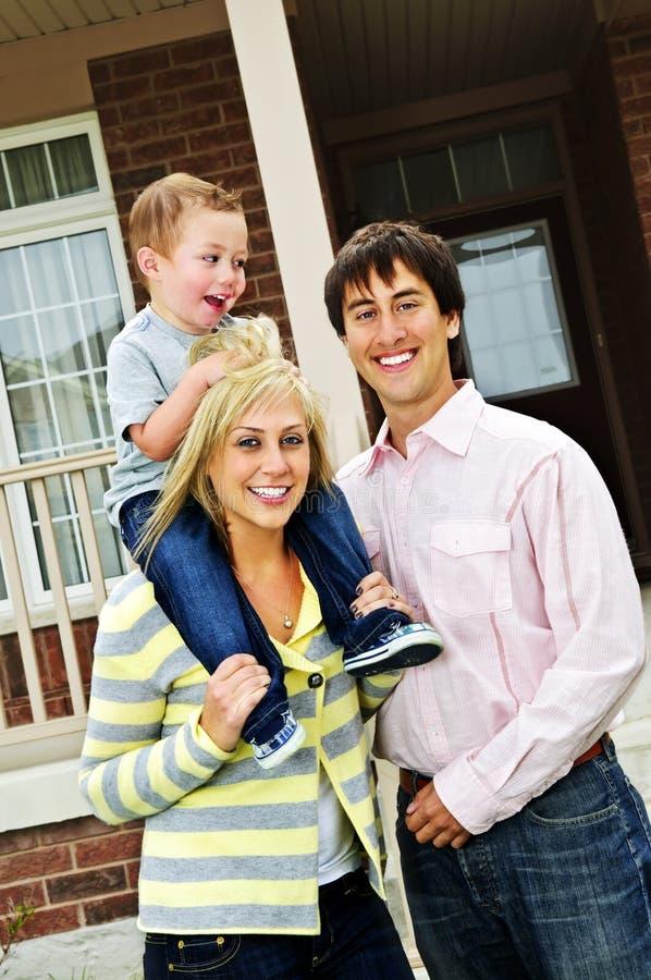 Familia feliz delante del hogar imagen de archivo