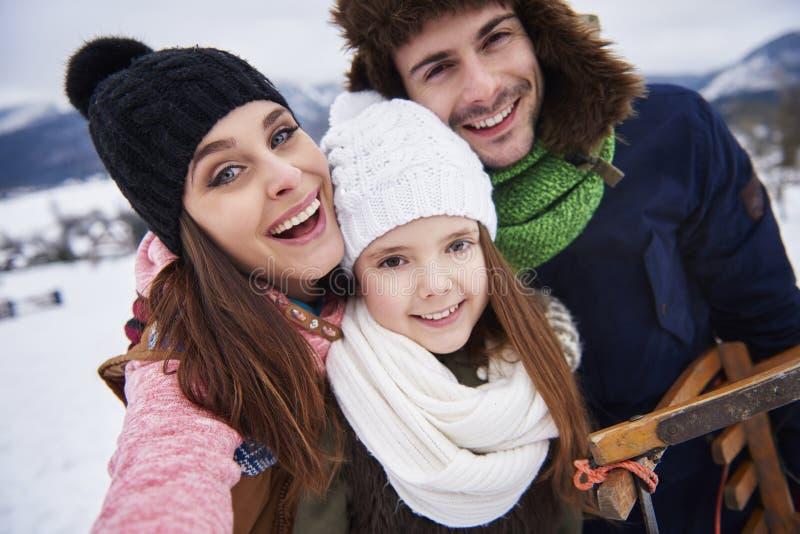 Familia feliz durante invierno imagen de archivo libre de regalías