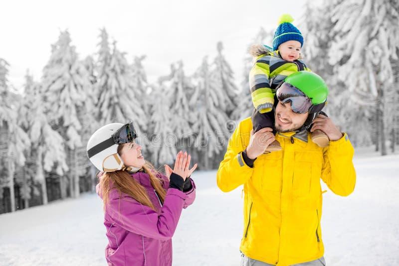 Familia feliz durante las vacaciones del invierno fotos de archivo