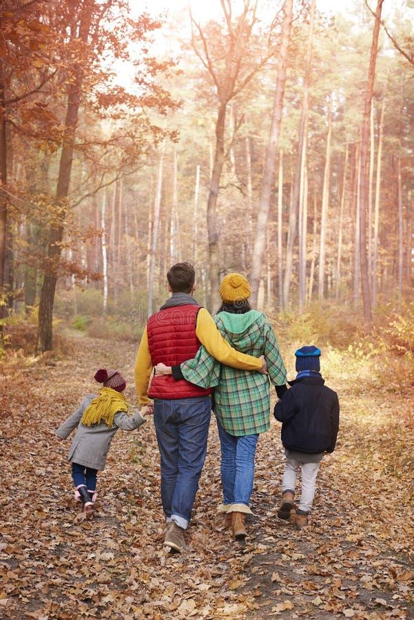 Familia feliz durante otoño foto de archivo
