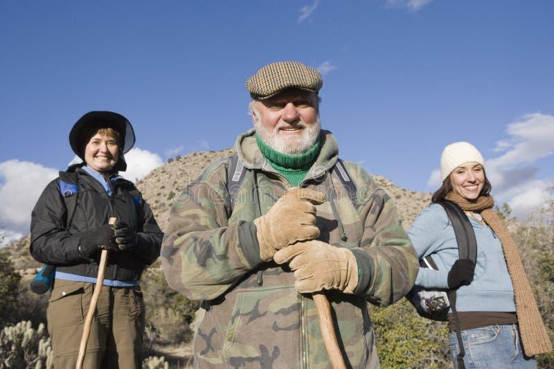 Familia feliz en caminar viaje fotos de archivo libres de regalías