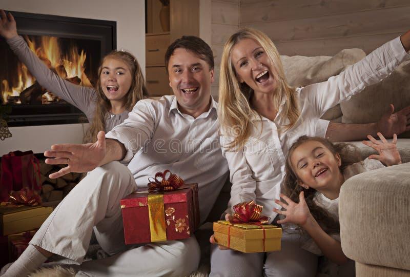 Familia feliz en casa con los regalos de Navidad fotografía de archivo libre de regalías