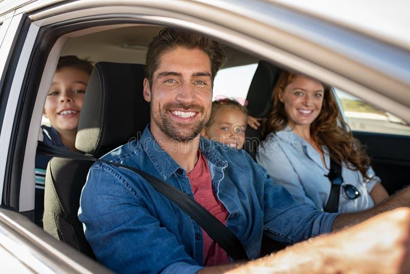 Familia feliz en coche imagenes de archivo