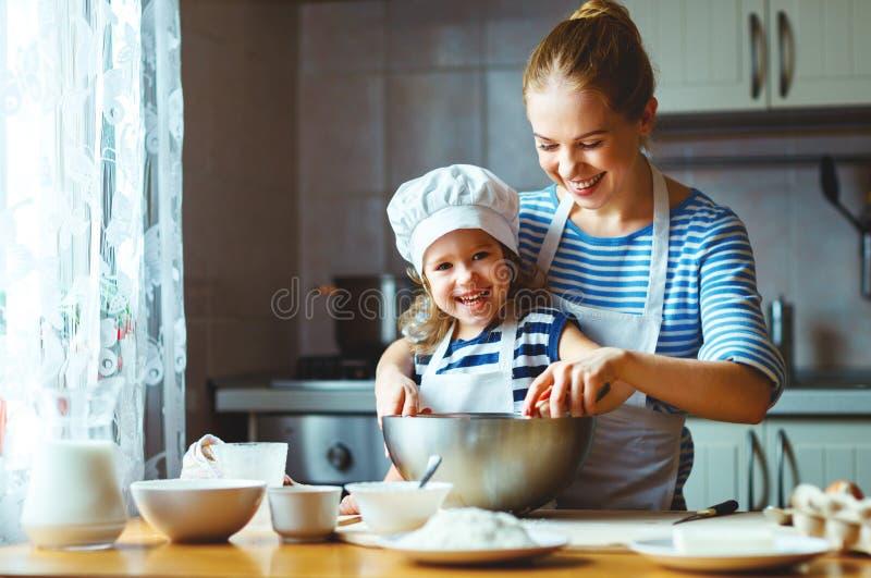 Familia feliz en cocina la madre y el niño que preparan la pasta, cuecen imágenes de archivo libres de regalías