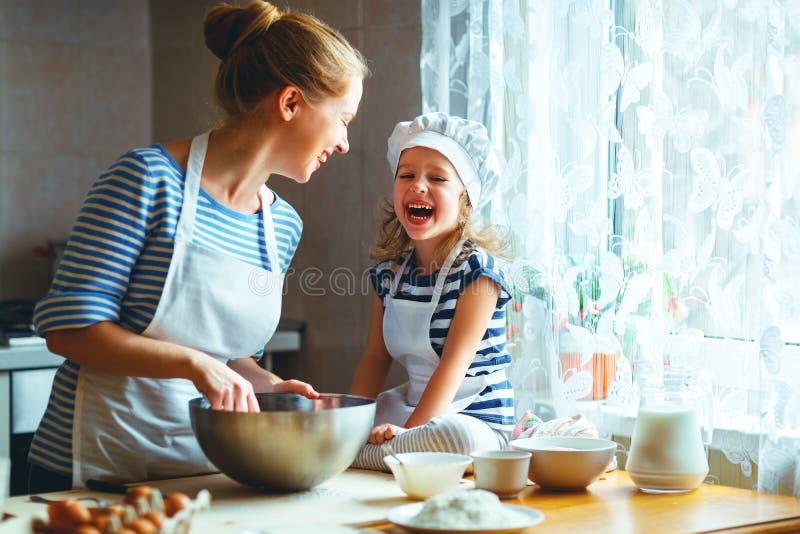 Familia feliz en cocina la madre y el niño que preparan la pasta, cuecen foto de archivo libre de regalías