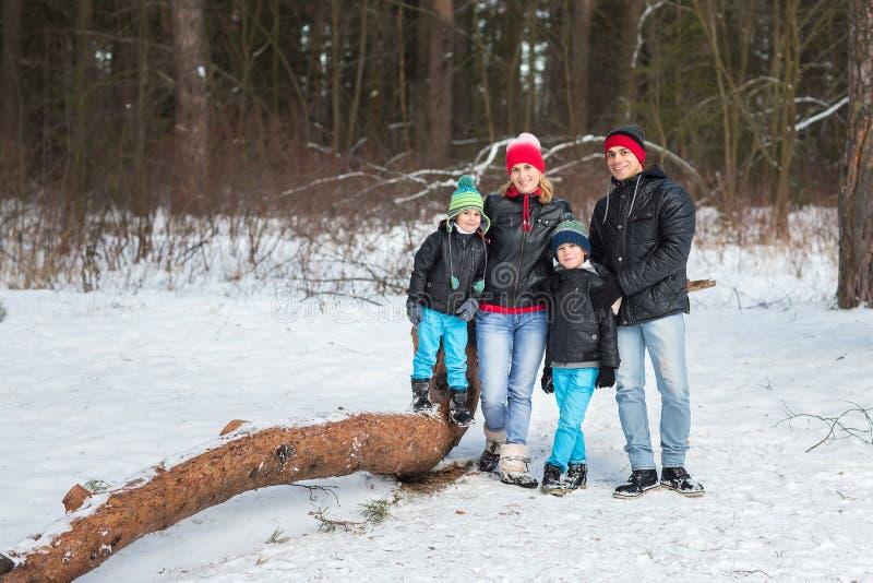 Familia feliz en el bosque del invierno imagenes de archivo