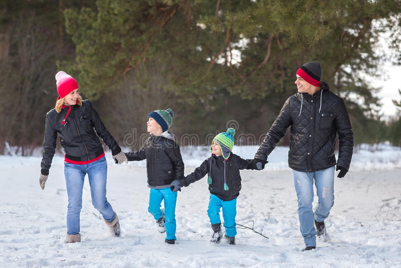Familia feliz en el bosque del invierno imágenes de archivo libres de regalías