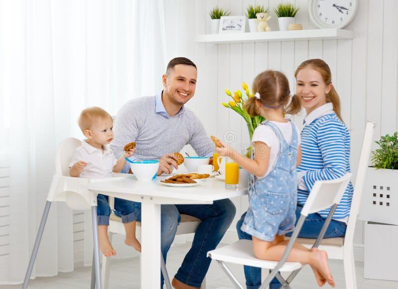 Familia feliz en el desayuno foto de archivo