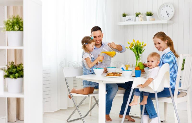Familia feliz en el desayuno fotos de archivo libres de regalías