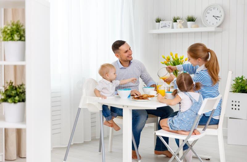Familia feliz en el desayuno fotografía de archivo libre de regalías