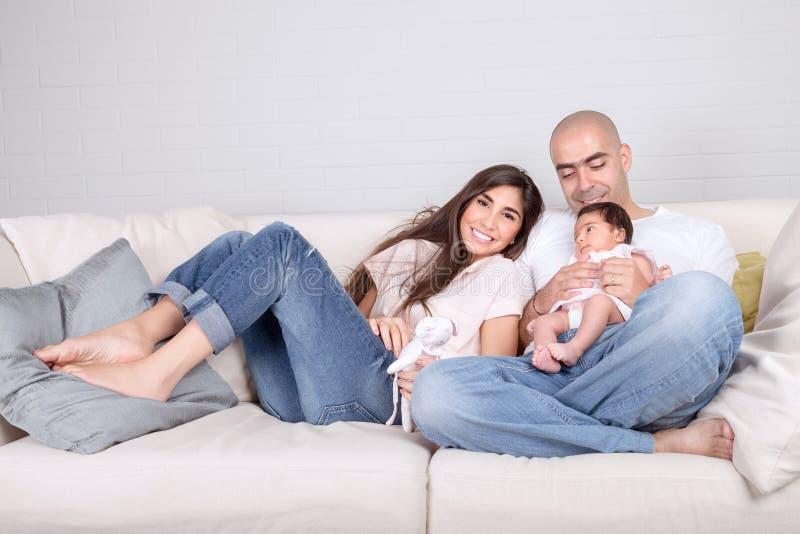 Familia feliz en el país fotografía de archivo