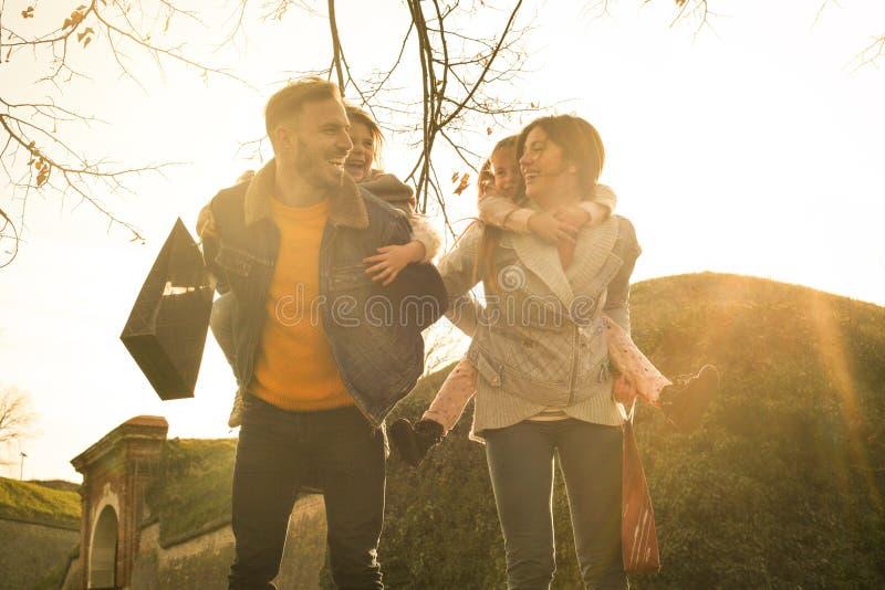 Familia feliz en el parque fotos de archivo