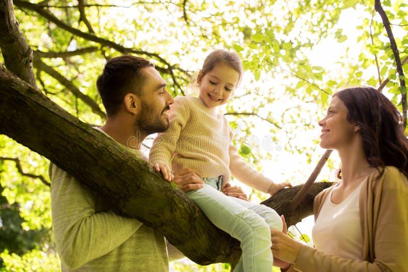 Familia feliz en el parque del verano que se divierte imagenes de archivo