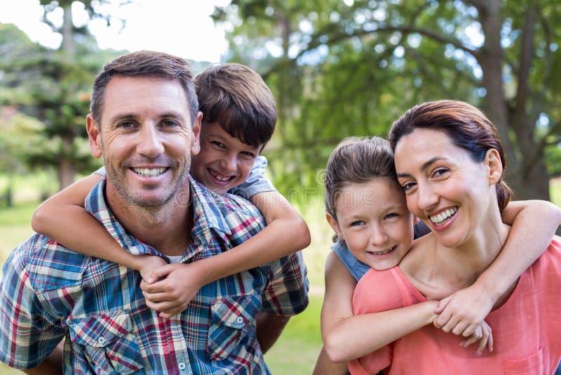 Familia feliz en el parque junto imágenes de archivo libres de regalías