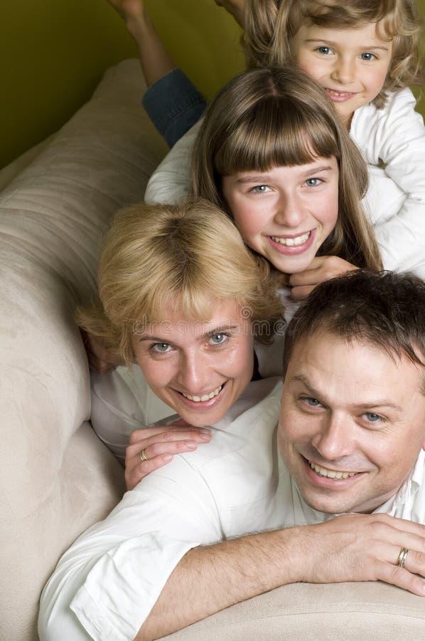 Familia feliz en el sofá fotos de archivo libres de regalías