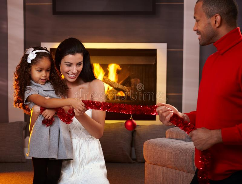 Familia feliz en el tiempo de la Navidad foto de archivo libre de regalías