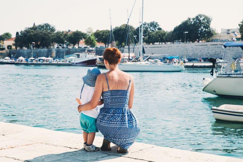 Familia feliz en el tiempo de verano en Zadar, Croacia imagenes de archivo