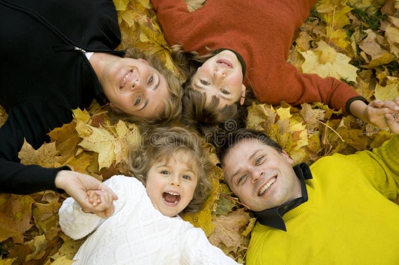 Familia feliz en el tiempo del otoño fotos de archivo libres de regalías
