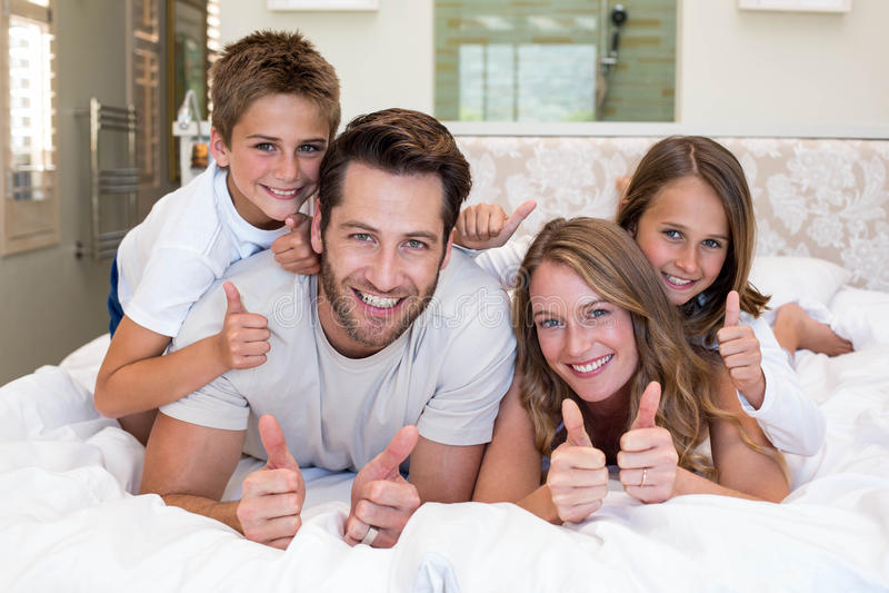 Familia feliz en la cama fotos de archivo libres de regalías
