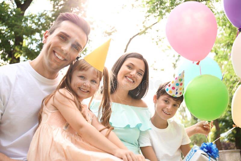 Familia feliz en la fiesta de cumpleaños al aire libre fotos de archivo libres de regalías