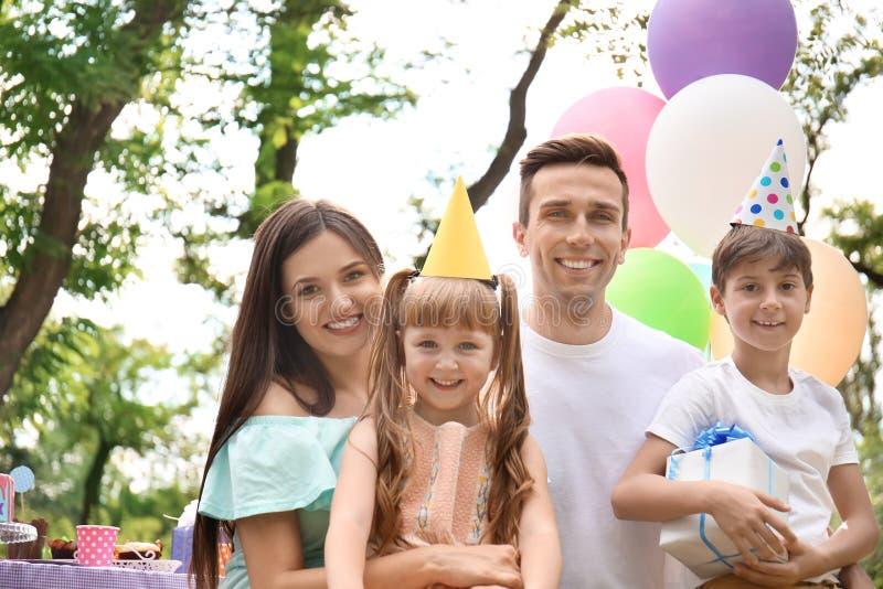 Familia feliz en la fiesta de cumpleaños al aire libre foto de archivo