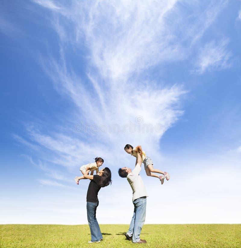 Familia feliz en la hierba foto de archivo libre de regalías